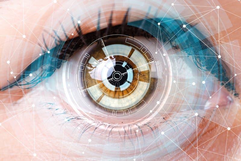 O conceito do sensor implantado no olho humano fotografia de stock