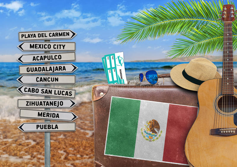 O conceito do verão que viajam com mala de viagem velha e a cidade de México assinam foto de stock royalty free