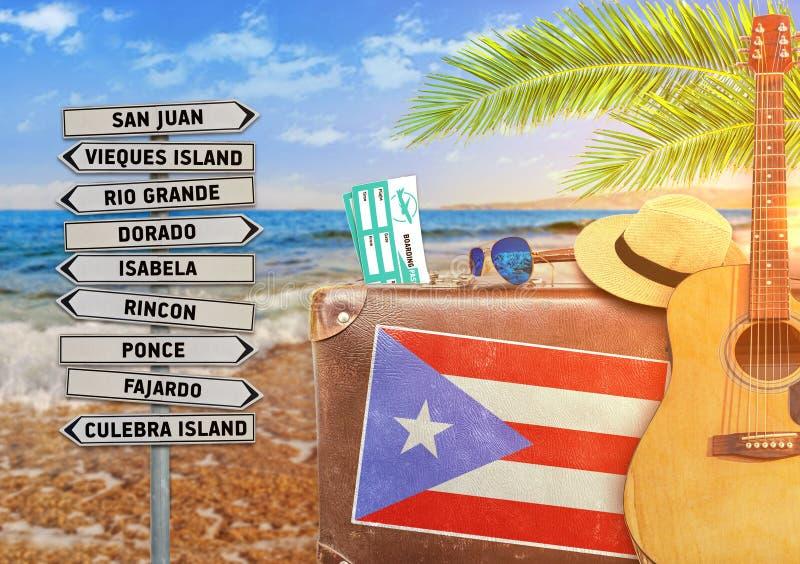 O conceito do verão que viajam com mala de viagem velha e a cidade de Porto Rico assinam foto de stock