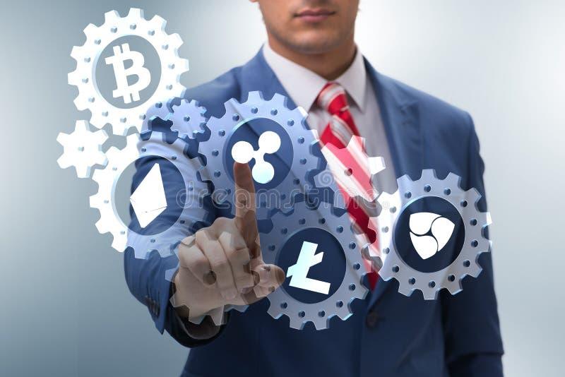 O conceito dos cryptocurrencies com o homem que pressiona botões ilustração royalty free