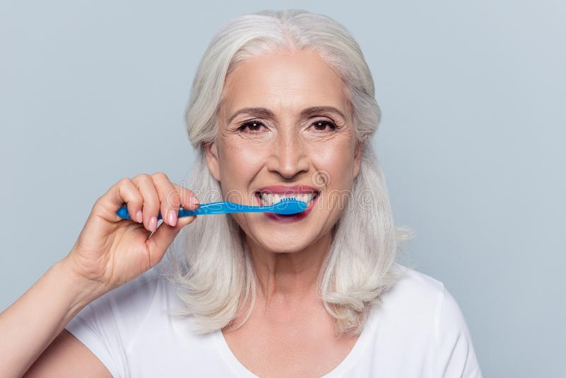 O conceito dos dentes da limpeza é uma maneira correta Feche acima da foto do ha fotografia de stock royalty free