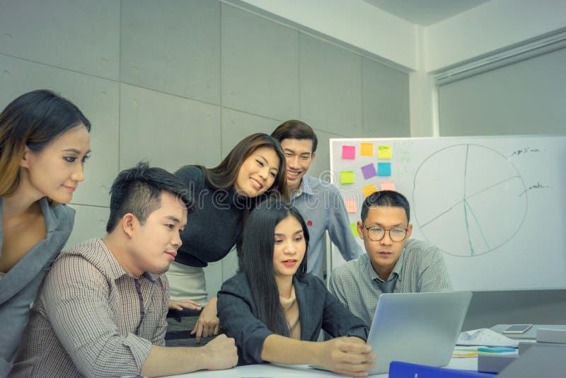 O conceito dos trabalhos de equipa do sucesso e da felicidade, executivos team o mee fotos de stock
