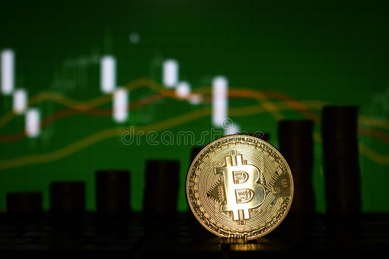 O conceito financeiro do crescimento com a escada dourada de Bitcoins em estrangeiros faz um mapa do fundo Dinheiro virtual imagens de stock