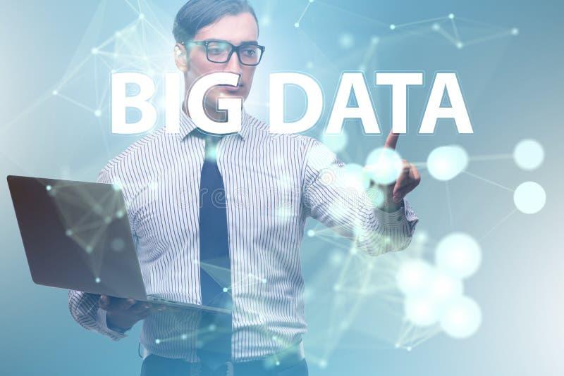 O conceito grande dos dados com o analista da mineração de dados foto de stock