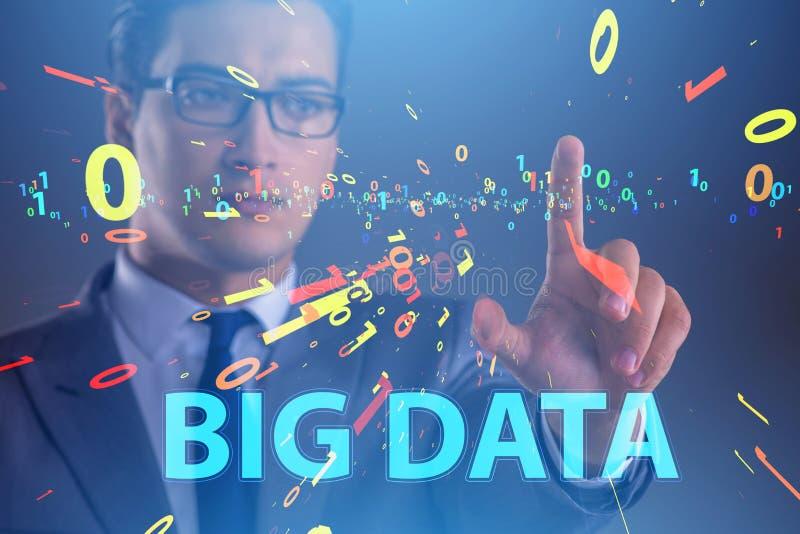 O conceito grande dos dados com o analista da mineração de dados imagens de stock