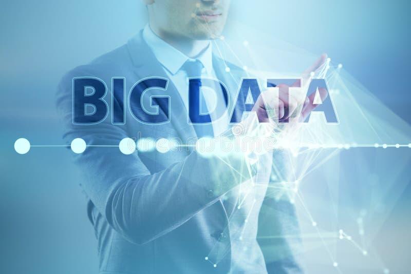 O conceito grande dos dados com o analista da mineração de dados fotos de stock
