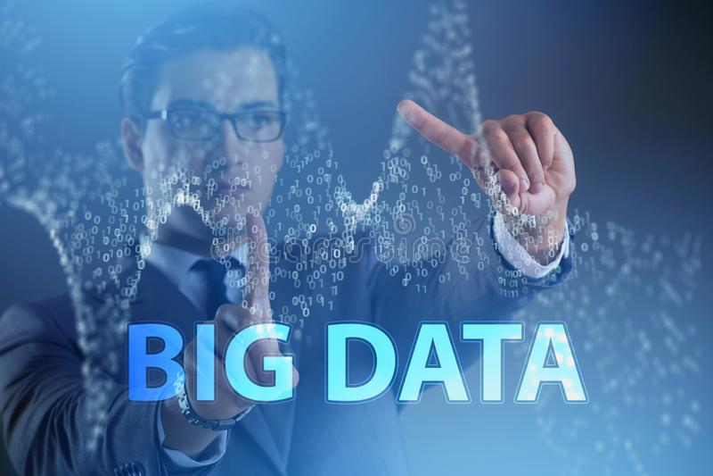 O conceito grande financeiro dos dados do fintech com analista fotos de stock