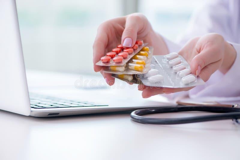 O conceito médico com medicinas e laptop fotografia de stock royalty free