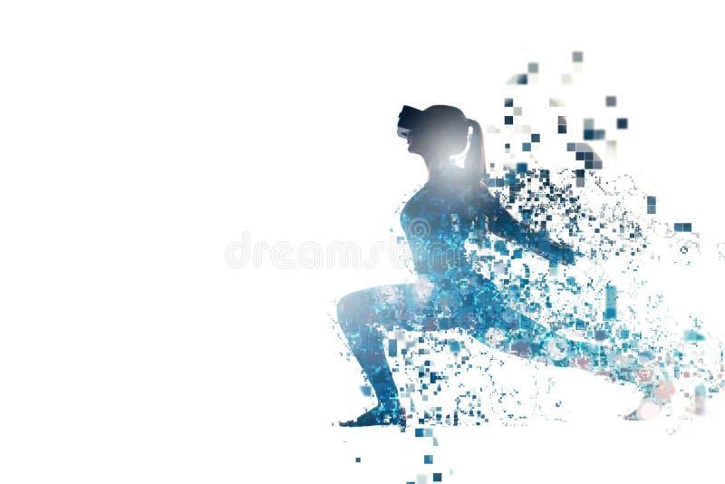O conceito ostenta atividades remotamente no futuro A mulher com vidros da realidade virtual Conceito futuro da tecnologia foto de stock