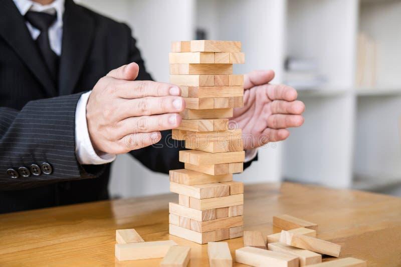 O conceito, o plano e a estrat?gia alternativos do risco no neg?cio protegem com a pilha de madeira do equil?brio com forma do ri imagem de stock