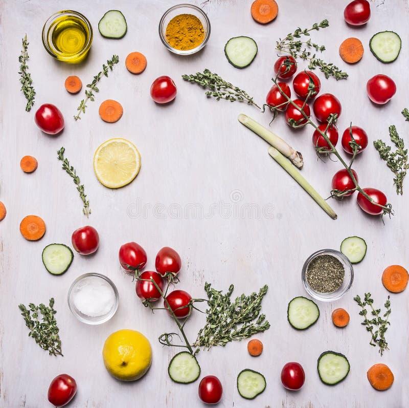 O conceito que cozinha especiarias e manteiga das ervas do fruto dos vegetais do alimento do vegetariano a várias alinhou o lugar fotos de stock