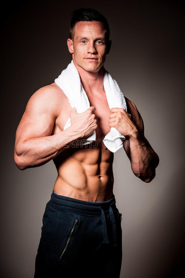 O concorrente da aptidão de Phisique levanta no estúdio após o exercício no gym fotos de stock royalty free
