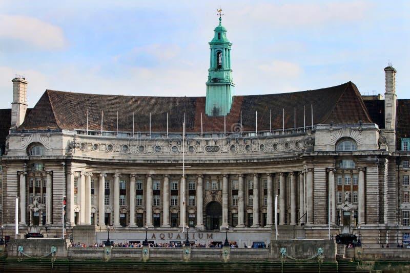 O condado salão em Londres foi transformado no aquário de Londres e é ficado situado na margem sul do rio Tamisa em Londres foto de stock