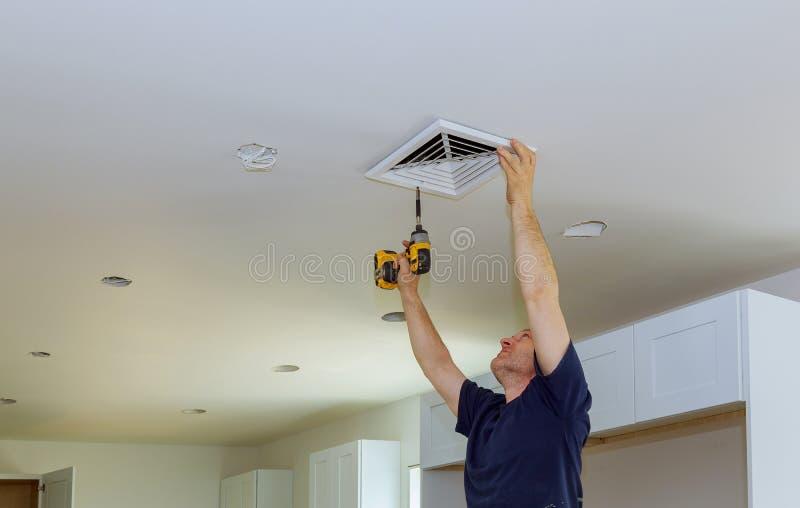 O condicionamento de ar central de instalação interno exala na parede fotografia de stock