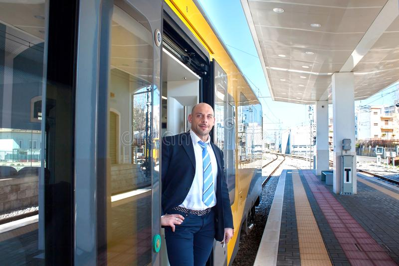 O condutor de trem na porta do trem fotos de stock