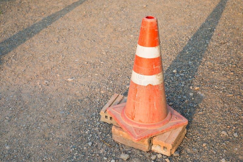 O cone velho do tráfego na estrada foto de stock