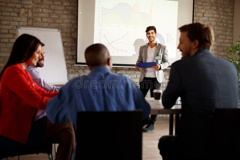 O conferente interage com a audiência durante a apresentação imagens de stock royalty free