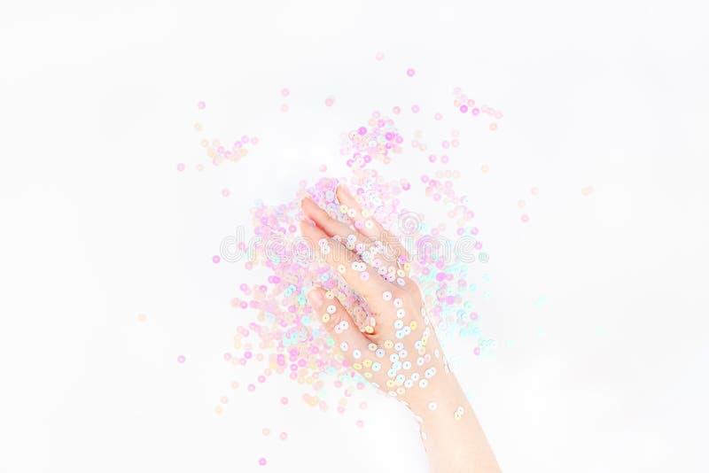 O confete pastel da p?rola sparkles com m?o da mulher fotos de stock