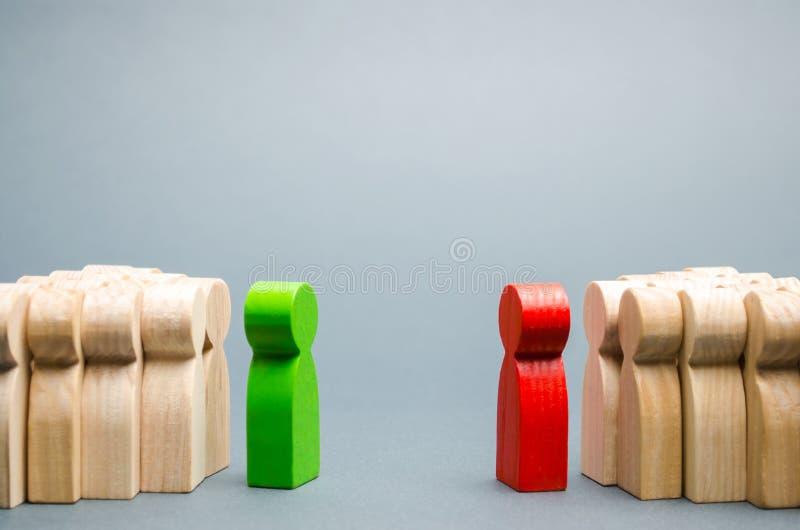 O conflito entre os líderes das duas equipes Competição do negócio Busca para acordos Povos na discussão fotos de stock
