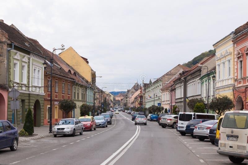 O Conselho da Europa da rua - a rua central da cidade de Sighisoara em Romênia imagens de stock
