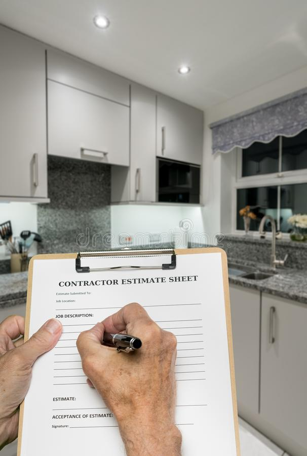 O construtor completa a avaliação para decorar a cozinha moderna compacta pequena foto de stock royalty free