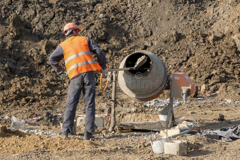 O construtor mistura o concreto foto de stock royalty free