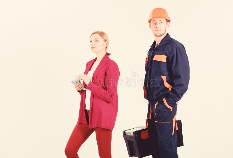 O construtor no capacete esperar quando mulher com cara ocupada fotografia de stock royalty free