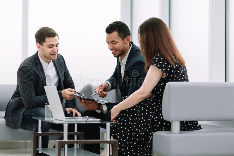 O consultante discute os termos do contrato com os pares novos foto de stock royalty free