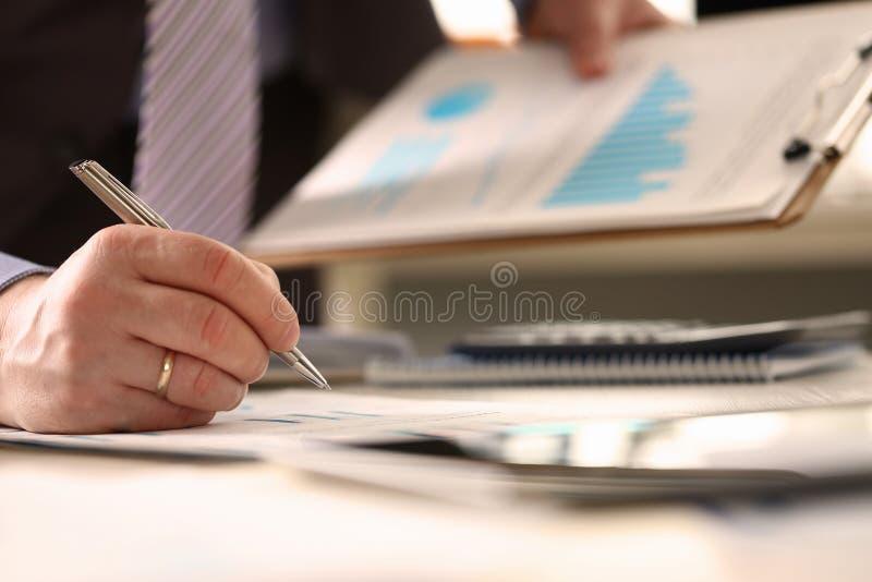 O consultante financeiro faz o cálculo do pressuposto anual imagens de stock