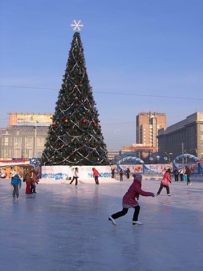 O consumidor principal da cidade em crianças de Novosibirsk monta em uma pista de patinagem da cidade fotografia de stock