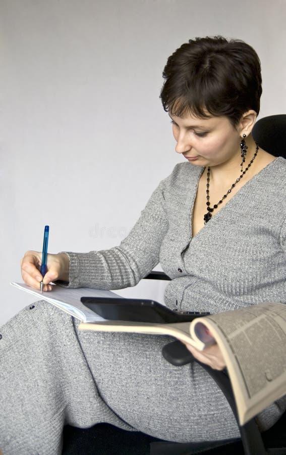 O contabilista faz anotações em um caderno. fotografia de stock