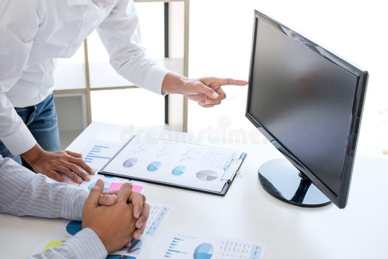 O contador do negócio ou o banqueiro, sócio comercial calculam e foto de stock royalty free