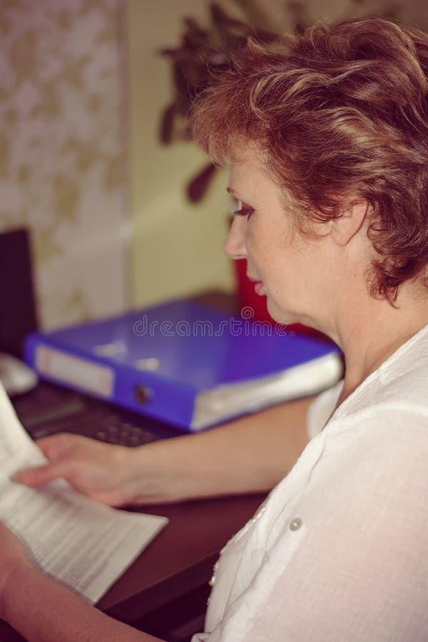 O contador está lendo o original imagens de stock