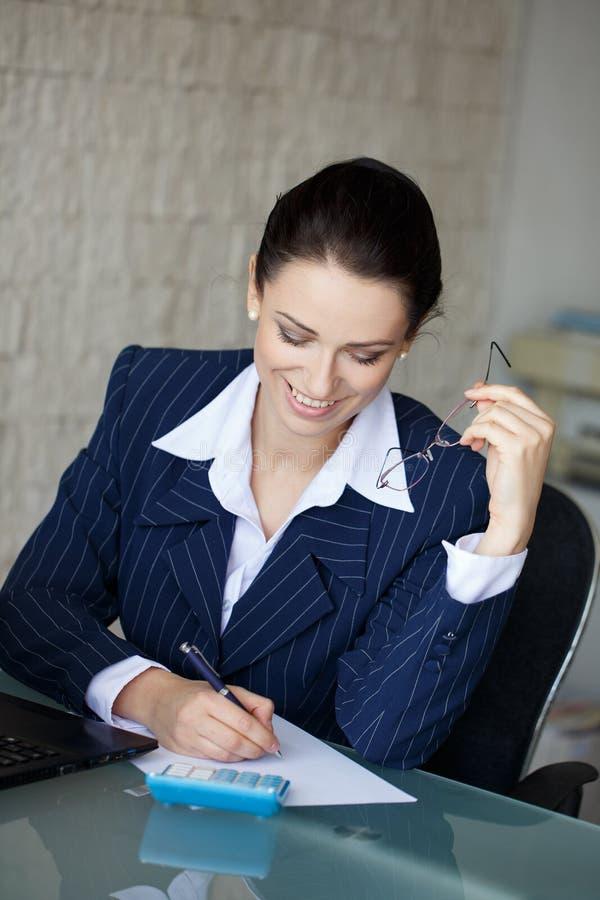 O contador feliz escreve no papel vazio imagens de stock royalty free