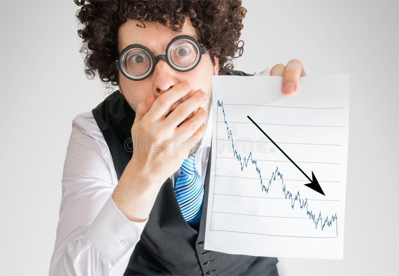 O contador infeliz está mostrando a carta do progresso do investimento mau e da perda fotografia de stock