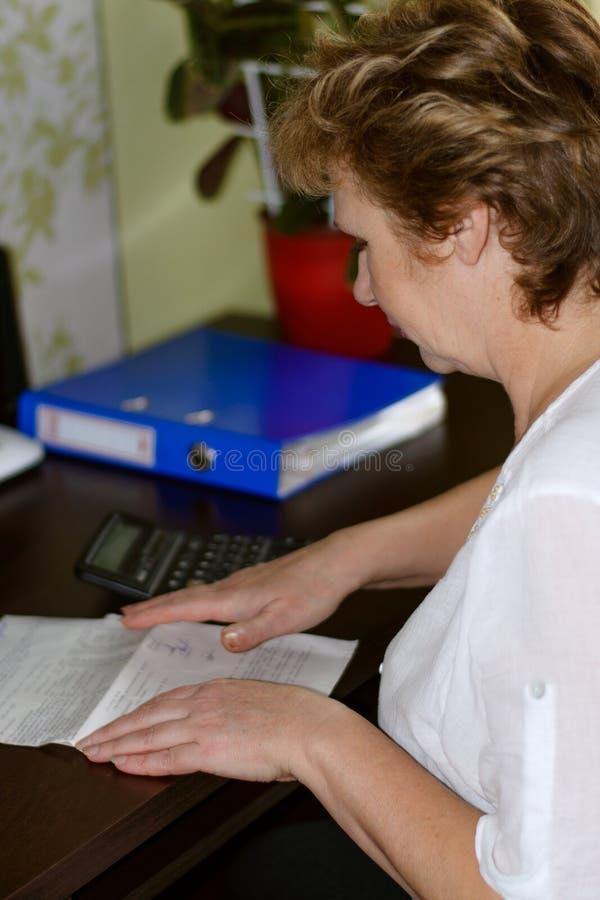 O contador lê um original fotografia de stock royalty free