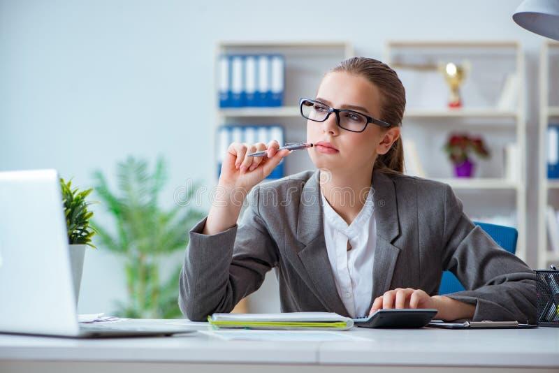 O contador novo da mulher de negócios que trabalha no escritório fotografia de stock