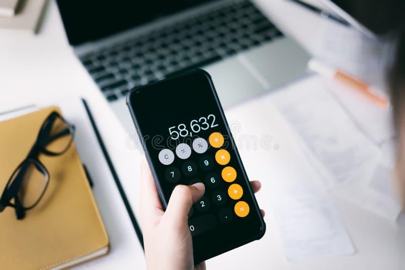 O contador ou o banqueiro calculam a conta do dinheiro imagem de stock royalty free