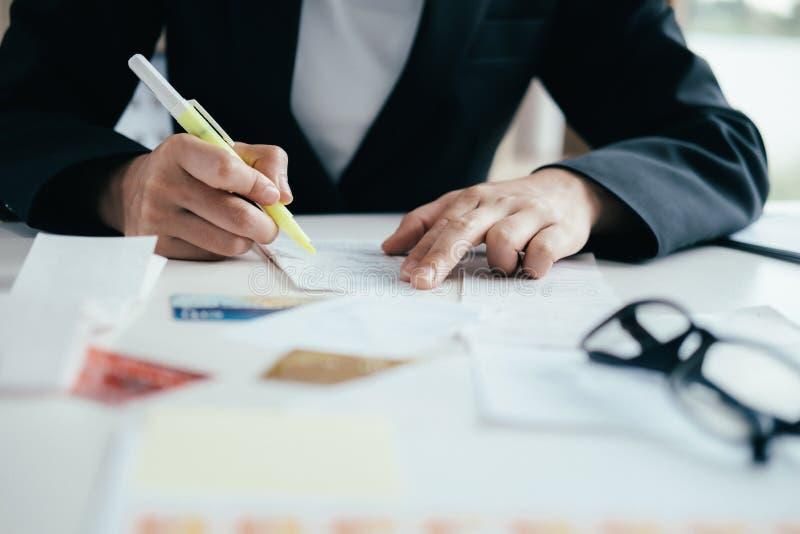 O contador ou o banqueiro calculam a conta do dinheiro foto de stock royalty free