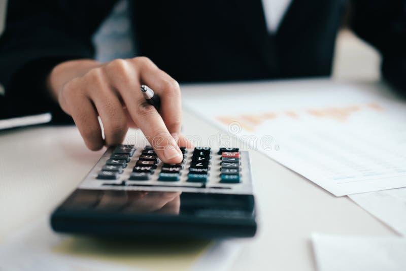 O contador ou o banqueiro calculam a conta do dinheiro fotos de stock