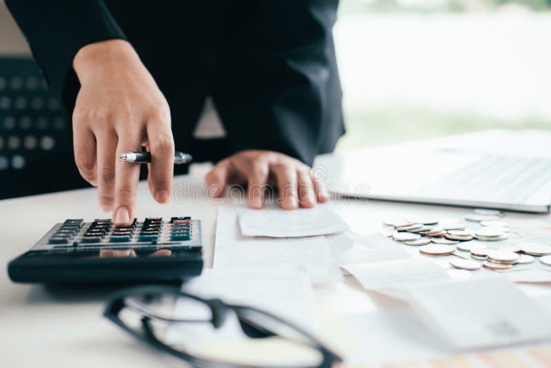 O contador ou o banqueiro calculam a conta do dinheiro imagem de stock