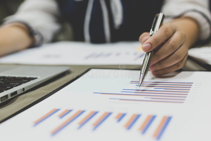 O contador verificou as contabilidades financeiras dos acionistas novos que vêm tentar jogar o negócio no nível nacional foto de stock royalty free