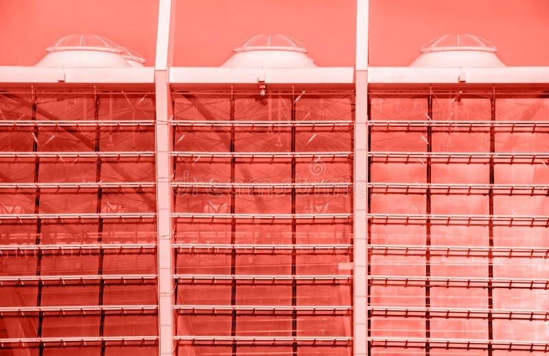 O contemporâneo vitrificou elementos de construção das paredes da fachada imagem de stock royalty free