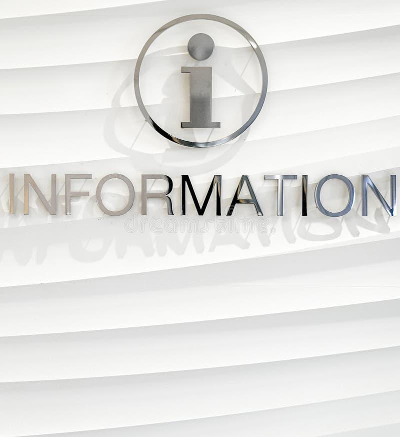 O contexto e a bandeira da informação no lado do assistente, têm o espaço vazio para introduzir todo o texto ou imagem fotos de stock royalty free