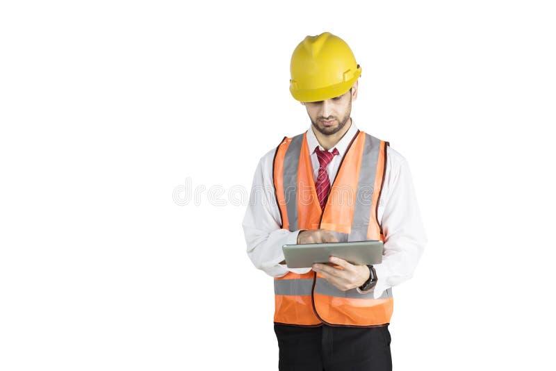 O contramestre novo usa uma tabuleta digital no estúdio foto de stock
