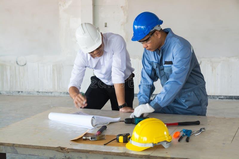 O contramestre ou o arquiteto do supervisor discutem com o coordenador técnico imagem de stock royalty free