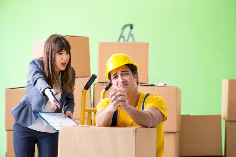 O contratante do chefe e do homem da mulher que trabalha com entrega das caixas imagens de stock
