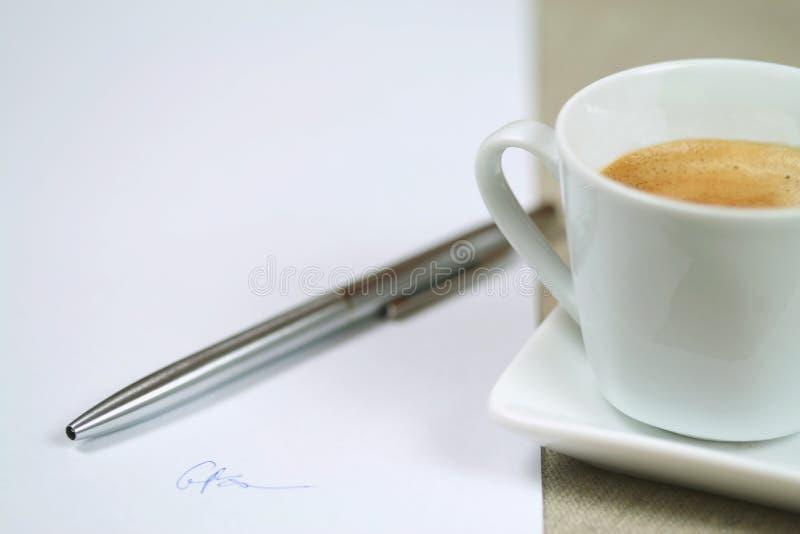 O contrato assinado blanco dentro fotografia de stock