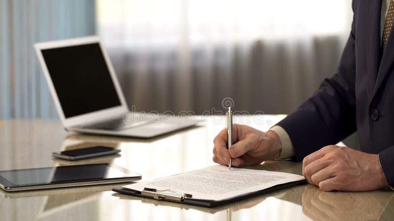 O contrato de assinatura do homem de negócios seguro, concorda com as condições do original, close up imagem de stock