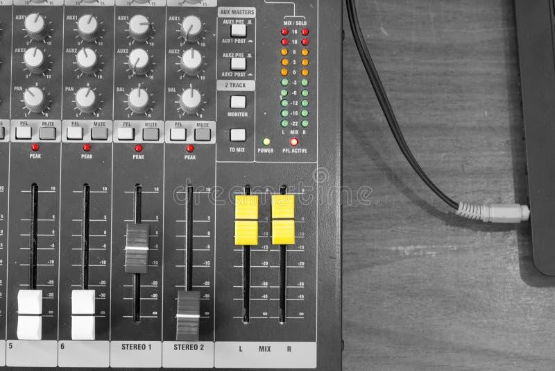 O controlador de mistura sadio para o hip-hop DJ para riscar os registros, trilhas da música ao vivo da mistura na noite party Bo fotos de stock